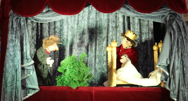 Violetta-Puppenb-hne-Kasper-Gestohlene-Weihnachtskugeln-bei-Gongoll-2018-AktionenF6sGEKQhplHxh