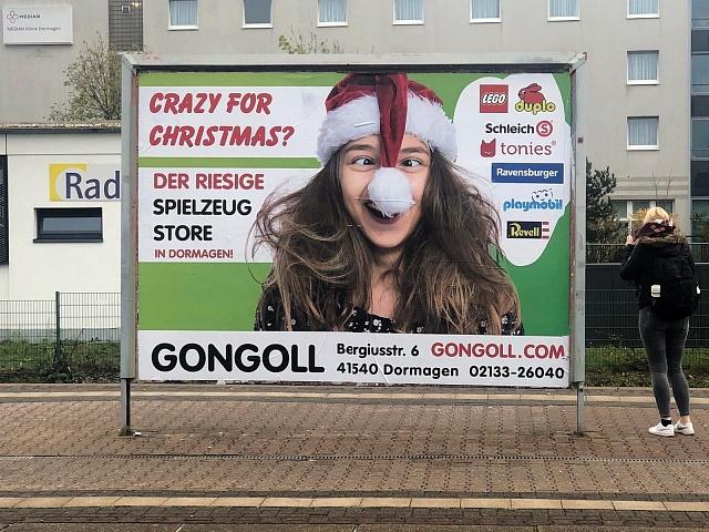 Gongoll-Weihnachtsplakat-Bahnhof-Dormagen-2019-Crazy-for-Christmas