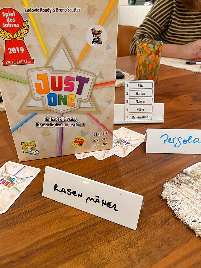 Spieleabende-Empfehlungen-Spiele-Gesellschaft-Freunde-just-one-2